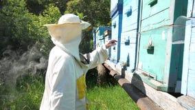 Μελισσοκόμος και σύννεφα καπνού φιλμ μικρού μήκους