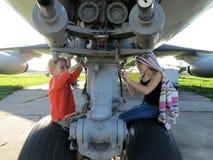 Μελλοντικοί αεροπόροι - ένα αγόρι και ένα κορίτσι που κάνουν την επισκευή στοκ φωτογραφία με δικαίωμα ελεύθερης χρήσης