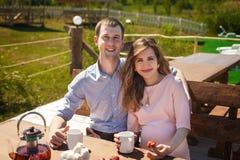 Μελλοντικοί γονείς που πίνουν το τσάι υπαίθρια Στοκ Εικόνα