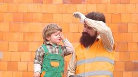 Μελλοντικός γιος εργαζομένων με τον πατέρα Ευτυχής οικογένεια που χτίζει ένα σπίτι Εργασία με τα εργαλεία Έννοια παιδικής ηλικίας απόθεμα βίντεο