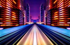 Μελλοντικό όχημα θαμπάδων κινήσεων που κινείται στο δρόμο ή τη ράγα πόλεων στοκ φωτογραφία με δικαίωμα ελεύθερης χρήσης