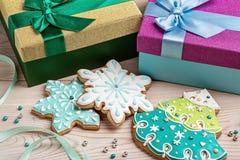 Μελοψώματα Χριστουγέννων, χριστουγεννιάτικα δέντρα και snowflakes στα εορταστικά κιβώτια με τις κορδέλλες Στοκ Εικόνες