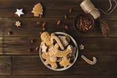 μελόψωμο άτομα σε ένα ξύλινο υπόβαθρο τα μπισκότα Χριστουγέννων βρίσκουν ότι οι εικόνες φαίνονται περισσότερο οι ίδιες σειρές χαρ Στοκ εικόνα με δικαίωμα ελεύθερης χρήσης