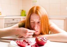 Μεμβρανοειδές κορίτσι που τρώει το ρόδι Στοκ Εικόνα
