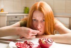 Μεμβρανοειδές κορίτσι που τρώει το ρόδι Στοκ εικόνες με δικαίωμα ελεύθερης χρήσης