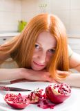 Μεμβρανοειδές κορίτσι που τρώει το ρόδι Στοκ φωτογραφία με δικαίωμα ελεύθερης χρήσης