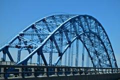 Μεμονωμένα σχεδιασμένη μπλε γέφυρα στη Νέα Υόρκη Στοκ φωτογραφία με δικαίωμα ελεύθερης χρήσης