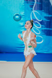 Μεμονωμένη gymnasts απόδοσης άσκηση Arina Averina με μια σφαίρα Στοκ φωτογραφία με δικαίωμα ελεύθερης χρήσης