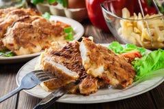 Μενταγιόν κοτόπουλου τα κόκκινα πιπέρια που εξυπηρετούνται με με τα τσιπ Στοκ φωτογραφίες με δικαίωμα ελεύθερης χρήσης