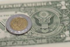 Μεξικάνικα πέσο και αμερικανικά δολάρια στοκ φωτογραφία με δικαίωμα ελεύθερης χρήσης