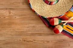 Μεξικάνικα σομπρέρο και κάλυμμα στο πάτωμα ξύλου πεύκων Στοκ φωτογραφία με δικαίωμα ελεύθερης χρήσης