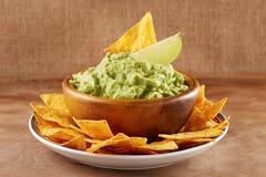 Μεξικάνικα nachos με τη χειροποίητη σάλτσα guacamole στοκ φωτογραφία