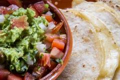Μεξικάνικα quesadillas και παραδοσιακό guacamole στοκ φωτογραφία