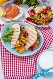 Μεξικάνικα tacos με τα ψημένους στη σχάρα λαχανικά και το σολομό Υγιή τρόφιμα για το μεσημεριανό γεύμα Γρήγορο φαγητό διάστημα αν Στοκ φωτογραφία με δικαίωμα ελεύθερης χρήσης