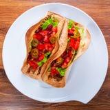 Μεξικάνικα tacos tortilla στα κοχύλια Στοκ εικόνες με δικαίωμα ελεύθερης χρήσης