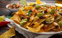 Μεξικάνικα tortilla nachos τσιπ με τις ελιές, jalapeno, guacamole, salsa ντοματών, μπύρα τυριών dipand στοκ φωτογραφία με δικαίωμα ελεύθερης χρήσης