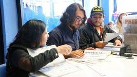 Μεξικάνικες εκλογές, εθελοντές που βοηθούν στους ψηφοφόρους στοκ φωτογραφία με δικαίωμα ελεύθερης χρήσης