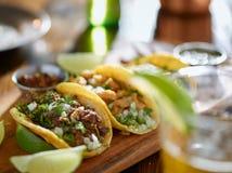 Μεξικάνικες tacos και μπύρα οδών στοκ εικόνα με δικαίωμα ελεύθερης χρήσης