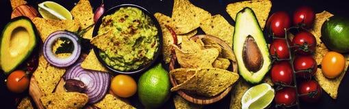 Μεξικάνικη έννοια τροφίμων, καλαμπόκι Nachos και σάλτσα Guacamole, έμβλημα, Τ στοκ εικόνες