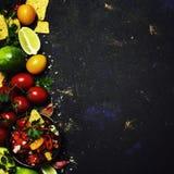 Μεξικάνικη έννοια τροφίμων, Nachos, σάλτσα Salsa, υπόβαθρο τροφίμων, κορυφή στοκ εικόνες