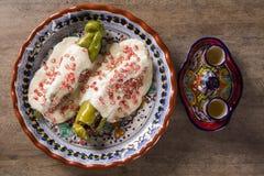 Μεξικάνικη κουζίνα - EN nogada Chiles στοκ φωτογραφία με δικαίωμα ελεύθερης χρήσης