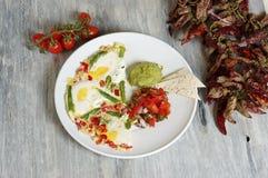 Μεξικάνικη ομελέτα - αυγά που ψήνονται με τα λαχανικά στοκ φωτογραφία με δικαίωμα ελεύθερης χρήσης