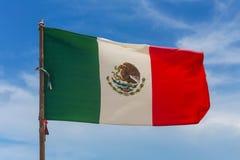 Μεξικάνικη σημαία στον αέρα στοκ φωτογραφία