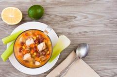 Μεξικάνικη σούπα με το κοτόπουλο, το σέλινο και τα λαχανικά Στοκ Εικόνα