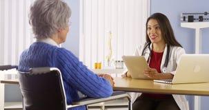 Μεξικάνικος γιατρός που μιλά με τον ηλικιωμένο ασθενή στοκ εικόνες