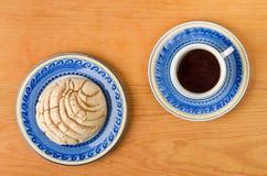 Μεξικάνικο γλυκό ψωμί Concha με το φλυτζάνι καφέ Στοκ Φωτογραφία