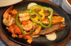 Μεξικάνικο καυτό τηγάνι σιδήρου με τις γαρίδες, βόειο κρέας, φυτικό Στοκ Εικόνα