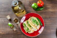 Μεξικάνικο κοτόπουλο Tacos τροφίμων με τα WI συστατικών και πυροβολισμών Tequila Στοκ Εικόνες