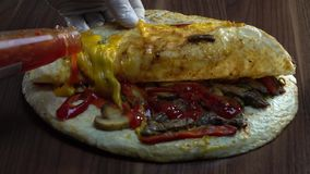 Μεξικάνικο περικάλυμμα Quesadilla με το βόειο κρέας, το μανιτάρι και τη γλυκιά ψυχρής σάλτσα πιπεριών και Προϊστάμενος που χύνει  απόθεμα βίντεο