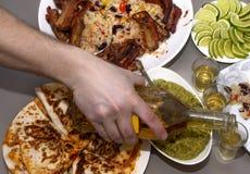 μεξικάνικο συμβαλλόμενο μέρος tequila και παραδοσιακά μεξικάνικα πιάτα στοκ φωτογραφία με δικαίωμα ελεύθερης χρήσης