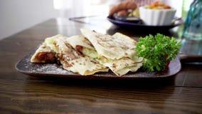 Μεξικάνικο χορτοφάγο quesadilla με το τυρί, τις ντομάτες και τη μελιτζάνα απόθεμα βίντεο