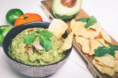 Μεξικάνικο Guacamole με το τσιπ στοκ εικόνες