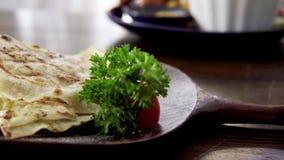 Μεξικάνικο quesadilla με το τυρί και τα λαχανικά φιλμ μικρού μήκους