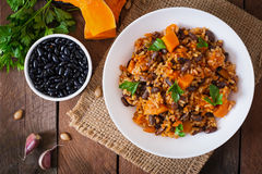 Μεξικάνικο vegan φυτικό pilaf με τα φασόλια και την κολοκύθα φασολιών στοκ εικόνα με δικαίωμα ελεύθερης χρήσης