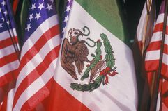 Μεξικανός και αμερικανικές σημαίες, στις 5 Μαΐου, Olvera οδός, Λος Άντζελες, Καλιφόρνια Στοκ Φωτογραφίες