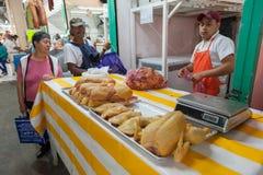 ΜΕΞΙΚΟ - 19 ΟΚΤΩΒΡΊΟΥ 2017: Αγορά του Μεξικού με το κρέας κοτόπουλου στην πώληση Στοκ Εικόνες