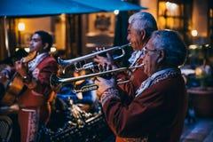 ΜΕΞΙΚΟ - 23 ΣΕΠΤΕΜΒΡΊΟΥ: Μέλη συμμορίας Mariachi που παίζουν τα όργανα στοκ εικόνες