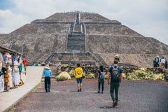 ΜΕΞΙΚΟ - 21 ΣΕΠΤΕΜΒΡΊΟΥ: Τίτλος ομάδας ανθρώπων προς την πυραμίδα του ήλιου στοκ εικόνα