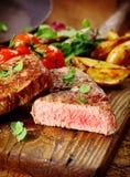 Μερίδα της υγιούς ψημένης στη σχάρα μπριζόλας βόειου κρέατος Στοκ Εικόνες