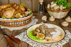 Μερίδα του κοτόπουλου που γεμίζεται με το φαγόπυρο με τα μανιτάρια Στοκ Εικόνες
