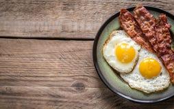 Μερίδα των τηγανισμένων αυγών με το μπέϊκον Στοκ Φωτογραφία