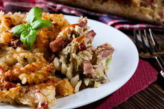 Μερίδα casseroles, των λουκάνικων και των κολοκυθιών ζυμαρικών fusilli Στοκ φωτογραφία με δικαίωμα ελεύθερης χρήσης