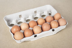 Μερικά αυγά στον καφετή πίνακα Στοκ φωτογραφίες με δικαίωμα ελεύθερης χρήσης