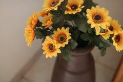 Μερικά κίτρινα λουλούδια σε ένα βάζο στοκ φωτογραφίες