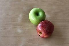 Μερικά πράσινα και κόκκινα μήλα σε έναν ξύλινο πίνακα Στοκ εικόνα με δικαίωμα ελεύθερης χρήσης