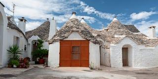 Μερικά σπίτια Trulli σε μια οδό Alberobello, Πούλια, Ιταλία Στοκ φωτογραφία με δικαίωμα ελεύθερης χρήσης